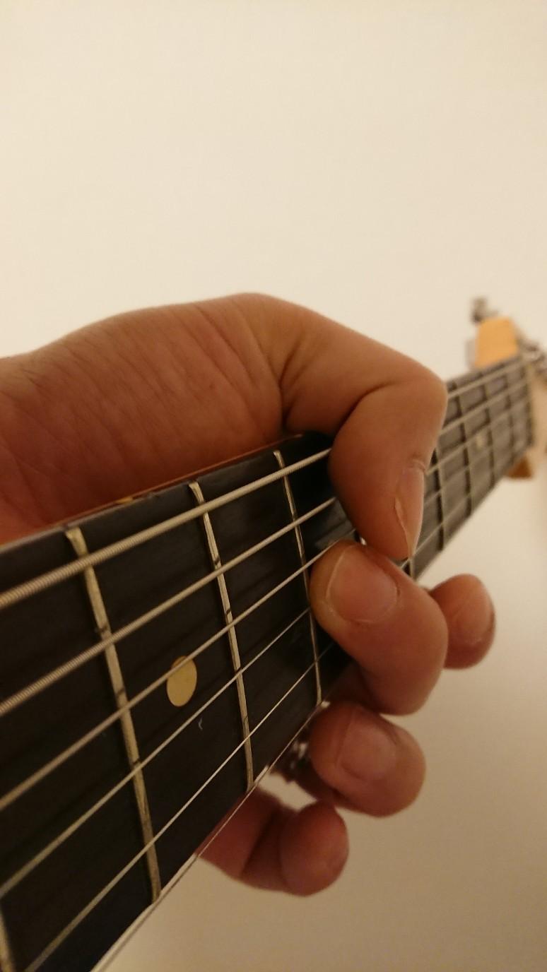 ギター親指中指中指腹ミュートの押さえ方